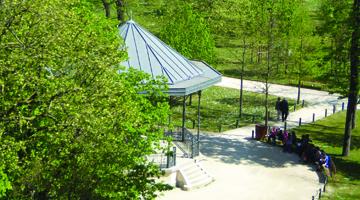 Le kiosque du jardin d'acclimatation vue de la fondation lvmh