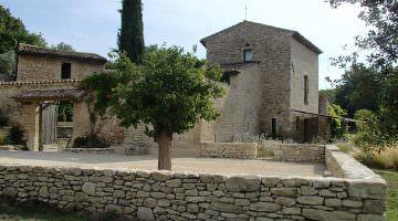 Jardin privé dans le Luberon : mur de pierres sèches